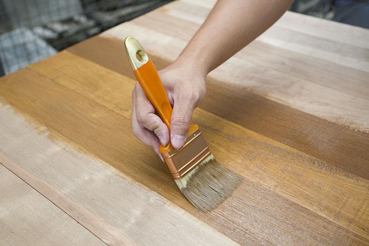 comment prot ger un meuble en bois des taches sinto. Black Bedroom Furniture Sets. Home Design Ideas